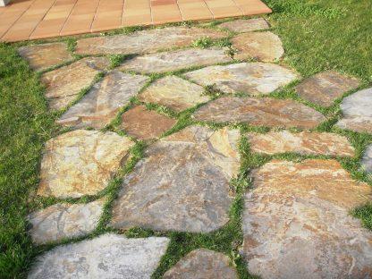 Planchón en suelo de jardín