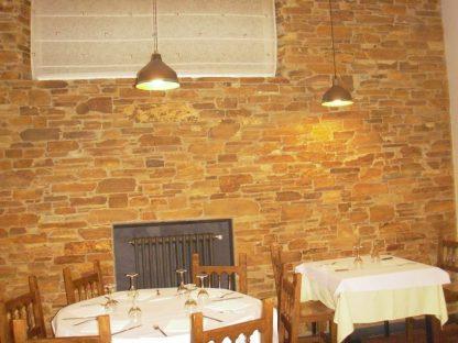 Restaurante rústico decoración con piedra cuarcita en Lugo, Galicia