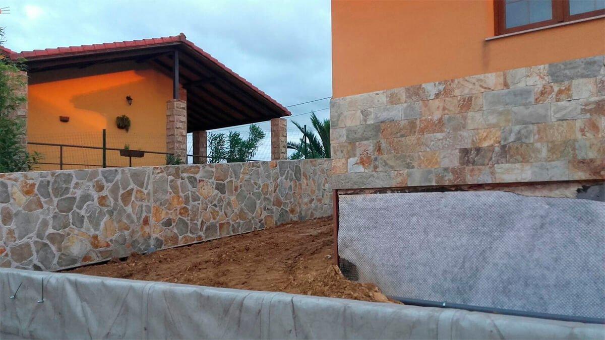 Piedra cuarcita en laja fina, colocada en pared.