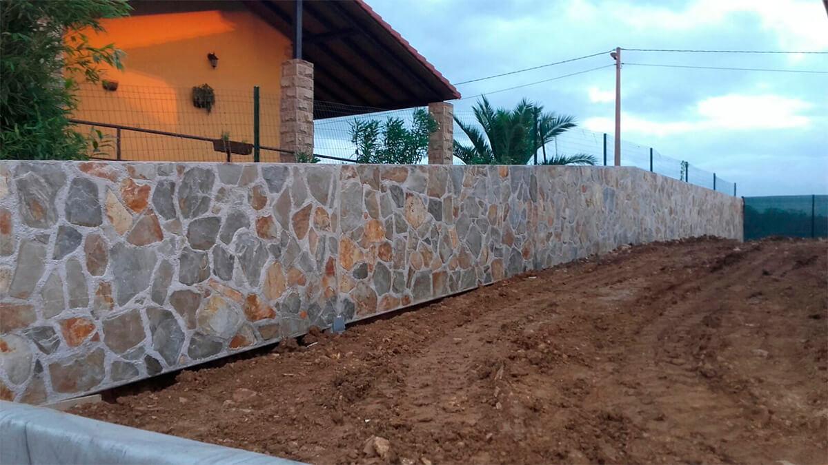 Piedra cuarcita en laja, colocada en pared.