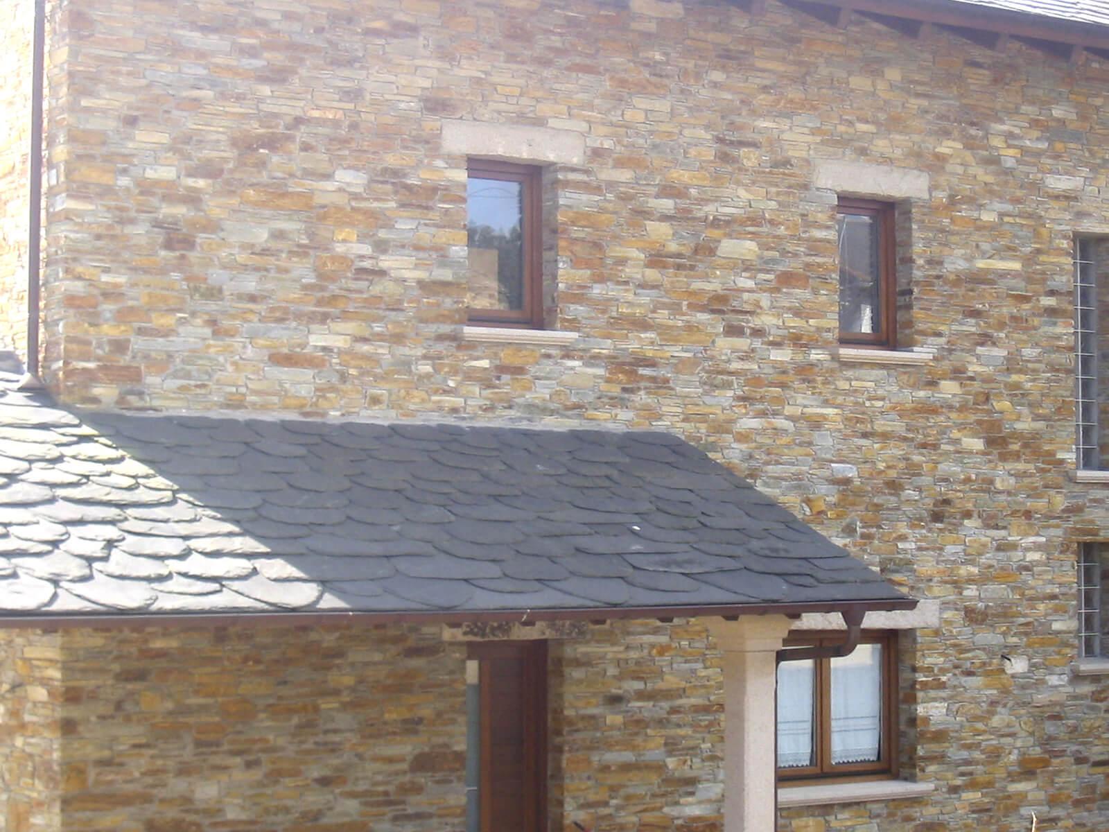 Casa hecha en taco, techo de pizarra.